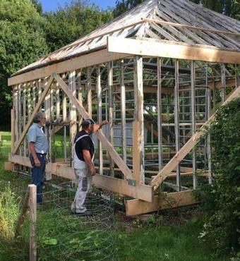 Tømrere med indgående kendskab til bæredygtig renovering af vikingeskibe og bindingsværkshuse har spillet en afgørende rolle i opbygningen af det nye Palmehus. Foto: Ordrupgaards arkiv.