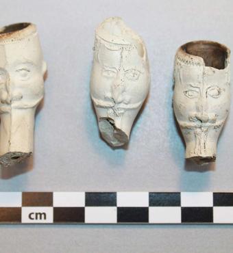 Hoveder af kridtpiber, såkaldte Jonas-piber, fundet ved udgravning på Gammel Strand, 1600-tallet. Foto: Københavns Museum