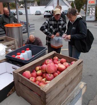 Aktive ældre fik i æblesæsonen etableret et godt samarbejde med den lokale Brugsen, hvor de lavede moste-demoer otte gange i oktober-december.