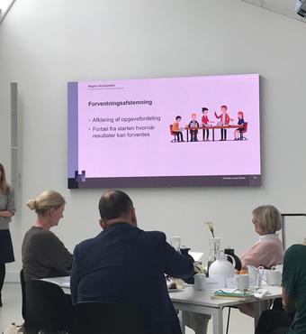 Sektionschef Michaela Schiøtz, Sektion for Tværsektoriel Forskning, Region Hovedstaden, fortalte om tværsektoriel forskning og samarbejdet mellem forsker og kommune