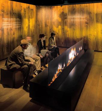 Ved det digitale bål får gæsterne historier om Jelling og vikingerne. Illustrationer i ilden gør det til en oplevelse for både ører og øjne. Foto: ART+COM