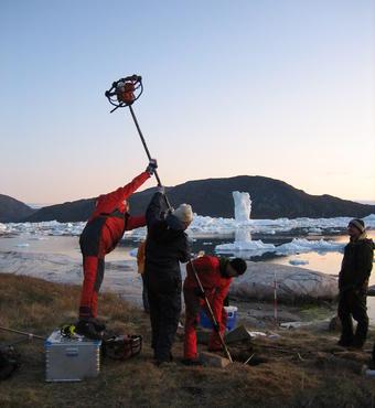 På bopladsen Qajaa i Diskobugten borede forskerne i 2009 ned gennem den tre meter tykke, frosne mødding for at hente prøver til analyse og installere overvågningsudstyr i forskellige dybder.