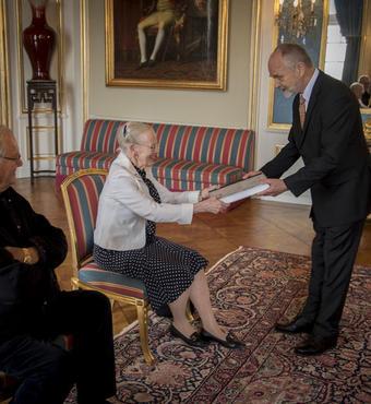 Hans Kann Rasmussen og Jens Kann-Rasmussen overrakte den 6. juni 2017 det færdige bogværk på Amalienborg til hhv. Dronningen og Prins Henrik. © Kongehuset