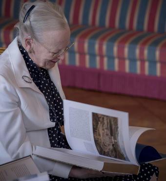 Bogen er en gave fra VILLUM FONDEN og VELUX FONDEN i anledning af Dronningen og Prinsens guldbryllup. © Kongehuset