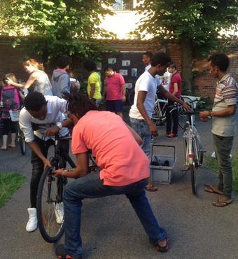 """Flygtninge på Frederiksberg kan komme forbi værkstedet og vælge sig en cykel, og de kan også selv være med til at foretage småreparationer på cyklerne. Det er et socialt samlingspunkt, fordi vi både hjælper hinanden og hygger os sammen,"""" fortæller Kirsten Brogaard Pedersen."""