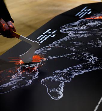 Den døde kriger er hårdt såret. Men hvilket våben er farligst? Gæsterne i Kongernes Jelling lærer om våben og dødsårsager. Foto: ART+COM