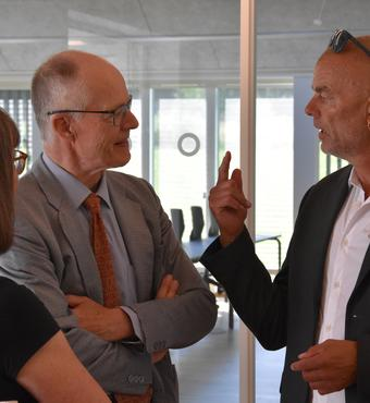 Lene og Lars Kann-Rasmussen i samtale med institutleder for IGN, Claus Beier.