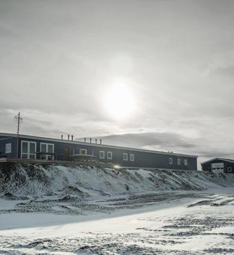 Figur 2. Forskerhuset med overnatnings- og laboratoriefaciliteter til 14 forskere ad gangen. I forlængelse heraf er garagen bygget til opbevaring af diverse feltudstyr. Foto: Stephan Ingemann Bernberg