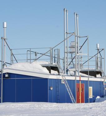 Figur 4. Luftmålehuset, placeret 2 km udenfor Station Nord, er udstyret med specielt designede indtag til en række forskellige luftmålinger. Foto: Christel Christoffersen