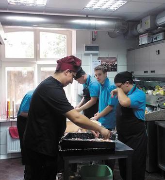 Polen: I cateringafdelingen lærer de unge autister at bage brød og lave mad i store portioner.