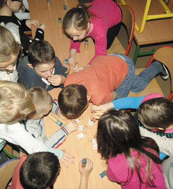 Polen: Børn lærer i en workshop, hvad de skal gøre, hvis de oplever vold.