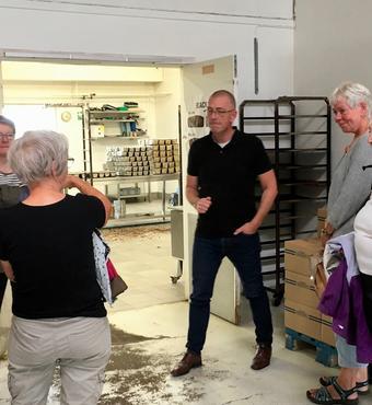 På en tur til Gilleleje kom gruppen på besøg hos havnens bageri til en snak om varme- og oliespild, lokal produktion og lokale råvarer.