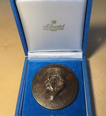 Medaljen er 70 mm i diameter og vejer 129,8 g.