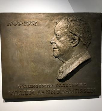 Bronzepladen med Villum Kann Rasmussens profil, der i dag hænger på væggen i fondenes domicil på Tobaksvejen 10 i Søborg.