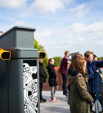 På den nye tagterrasse kan man bruge de digitale kikkerter, hvor tiden kan skrues tilbage til Kong Harald Blåtands tid. Foto: Jacob Nyborg Andreassen