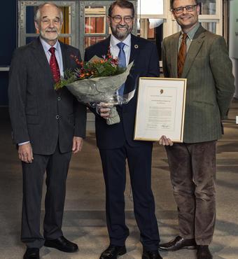 Hans Kann Rasmussen, formand for VELUX FONDEN og Jens Kann-Rasmussen, formand for VILLUM FONDEN med prismodtager Lauritz Rasmussen