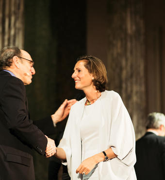 Marilyne Andersen is congratulated by jury member Stephen Selkowitz. Photo: Zevegraf