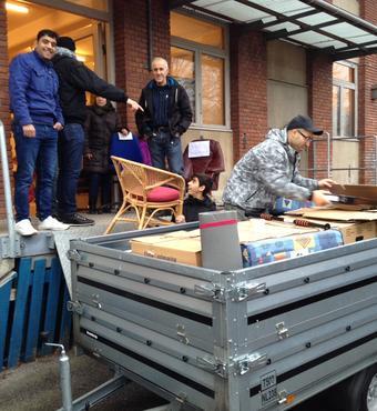 De mange møbler bliver læsset på traileren hver lørdag og kørt ud til de nye medborgere