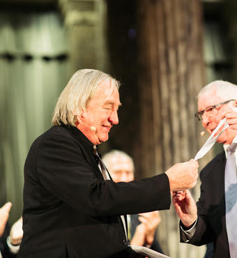 Steven Holl is presented witht he Daylight Award by Kurt Stutz, president of VELUX Stiftung. Photo: Zevegraf