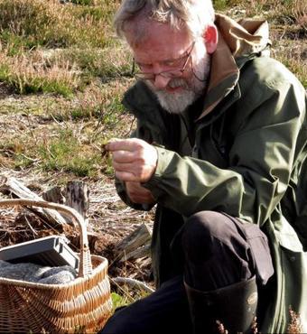 Lektor og svampeekspert Thomas Læssøe både finder og fotograferer de nye svampearter