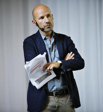 Moderator Adam Holm, der selv har en humanistisk forskningbaggrund, styrede dagens debat