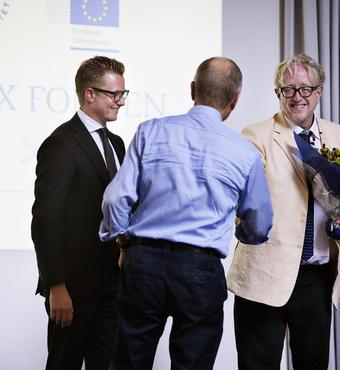 Lektor og forskningsleder David Budtz Pedersen og professor Frederik Stjernfelt modtager jublæumsbevillingen fra VELUX FONDEN af bestyrelsesformand Hans Kann Rasmussen