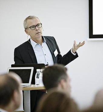 Thomas Sinkjær, forskningsdirektør i VILLUM FONDEN, præsenterer dagens program
