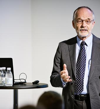 Prisen blev overrakt af formand for VELUX FONDEN Hans Kann Rasmussen