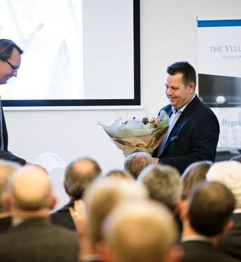Lars Hansen, direktør for VILLUM FONDEN, ønsker Peer Leth tillykke.