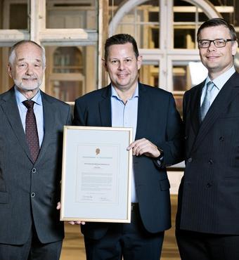 Hans Kann Rasmussen, formand for VELUX FONDEN og Jens Kann-Rasmussen, formand for VILLUM FONDEN sammen med prismodtager Peer Leth, adm. direktør for Troldtekt A/S