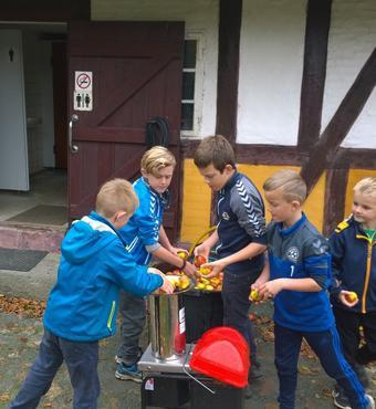 Aktive ældre lavede mosteevent på Hjemstavnsgården i Gummerup i forbindelse med Æblefestival 2017 i Assens Kommune